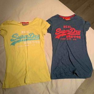Två T-shirts från SuperDry i storlek S & XS. 100 kr för båda, eller 50 kr styck. Köparen står för frakt så vidare man inte har möjlighet att mötas upp i närheten av Helsingborg.