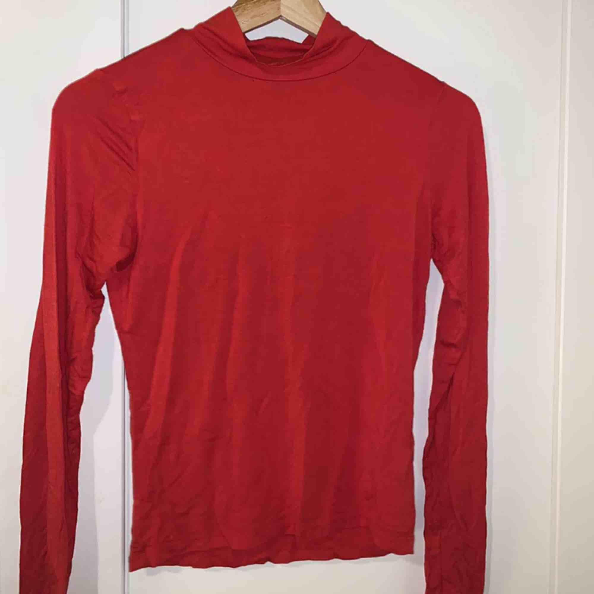 Superfin röd långarmad tröja, den är liten polo, den är från Gina tricot. Aldrig använt bara testad. Köpt för 200kr, möts upp i Stockholm annars står köparen för frakten.. Tröjor & Koftor.