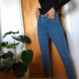 jeans från bikok, mom fit och verkligen så fina!🥰 storlek S och är för stora för mig som man ser på bild 3, har egentligen xs pris 120 +frakt, pris kan diskuteras💕