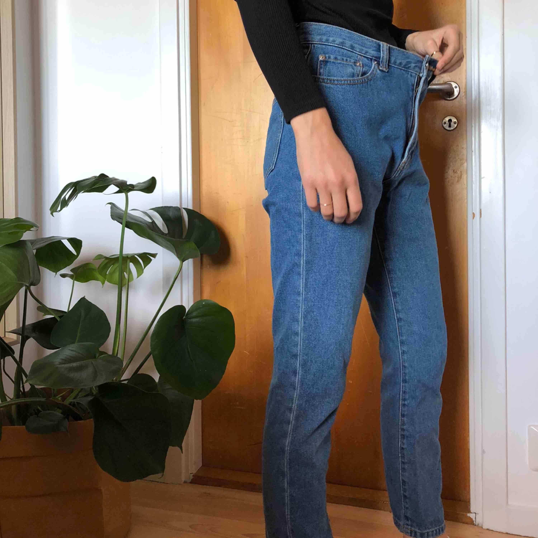 jeans från bikok, mom fit och verkligen så fina!🥰 storlek S och är för stora för mig som man ser på bild 3, har egentligen xs pris 120 +frakt, pris kan diskuteras💕. Jeans & Byxor.