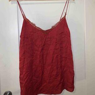 Fint rött spets linne, köpt för 250kr. Aldrig använt bara testat.