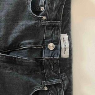 ⚡️Supersköna mörkgråa jeans från ZARA! Storlek 38, köparen betalar frakt 55kr⚡️