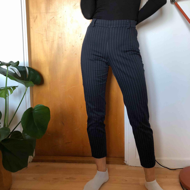 Kostymbyxor från H&M, marin blå och vita ränder, så fina 💚 storlek 38 och de är stora för mig, håller in dem med handen 💕har xs annars pris 100kr + frakt, pris kan diskuteras. Jeans & Byxor.