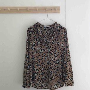 Skjorta i leopardmönster, storlek s. Aldrig använd. Köparen står för fraktkostnad. Swish