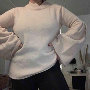 Super mysig och mjuk tröja från Gina. Vida ärmar och nästan aldrig använd ❣️ frakt tillkommer!