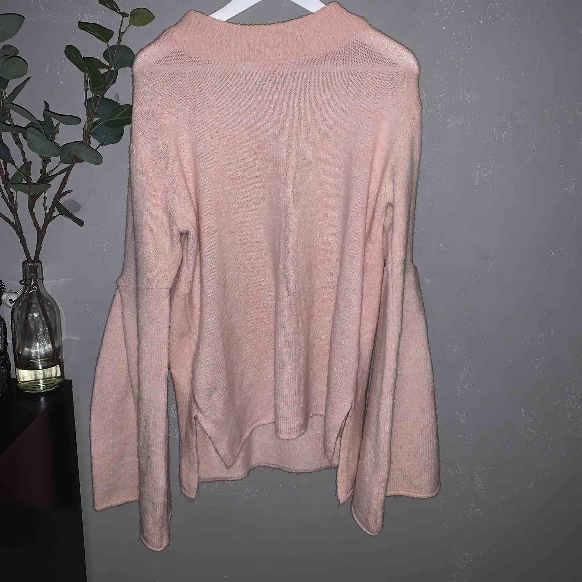 Super mysig och mjuk tröja från Gina. Vida ärmar och nästan aldrig använd ❣️ frakt tillkommer!. Stickat.