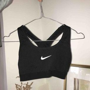 Jätte snygg Nike sport-bh i fint skick. Den är använd men det syns bara på att resåren är en gnutta knottrig