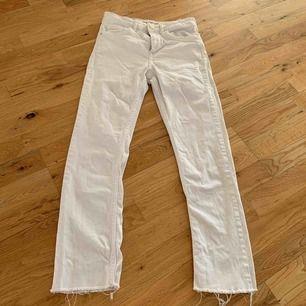 Säljer mina fina vita jeans från zara pga för små:( ord pris: 350-400kr. I bra skick
