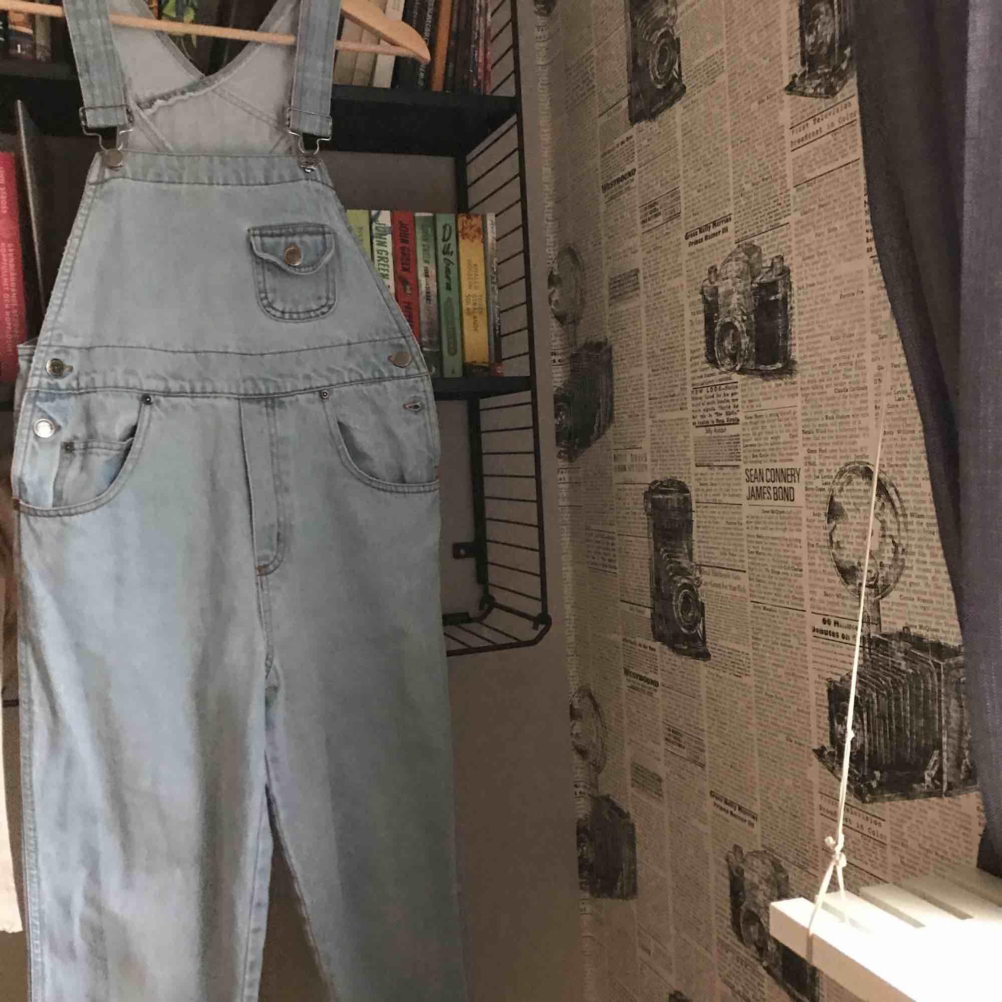 världens snyggaste hängselbyxor. köpta i paris på en vintage affär. har knappt används och blivit för små för mig så de letar nu efter ett nytt hem. Jeans & Byxor.