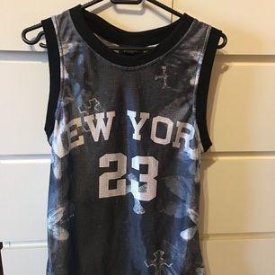 Givenchy linne i sportigt material. Storlek M  Frakt ingår i priset