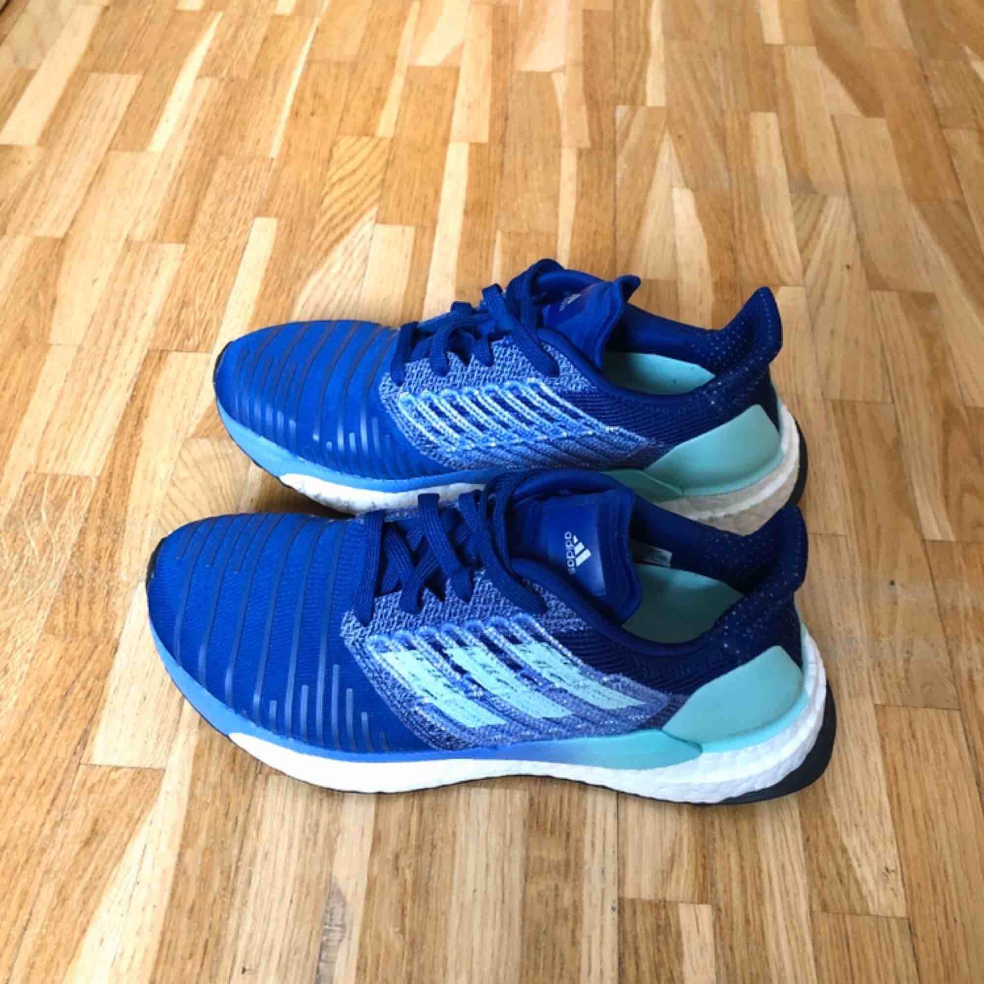 Adidas Solarboost, grymma och otroligt bekväma löparskor. Boost sulan är den bäst dämpande sulan på marknaden. Bred i modellen vilket gör att skon passar alla typer av fötter. Undersulan är gjord av continental för bästa grepp.. Skor.
