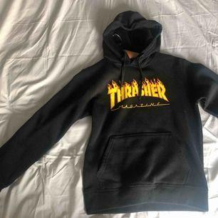 En fake thrasher hoodie, står i storlek M men passar mer som en oversized S❣️