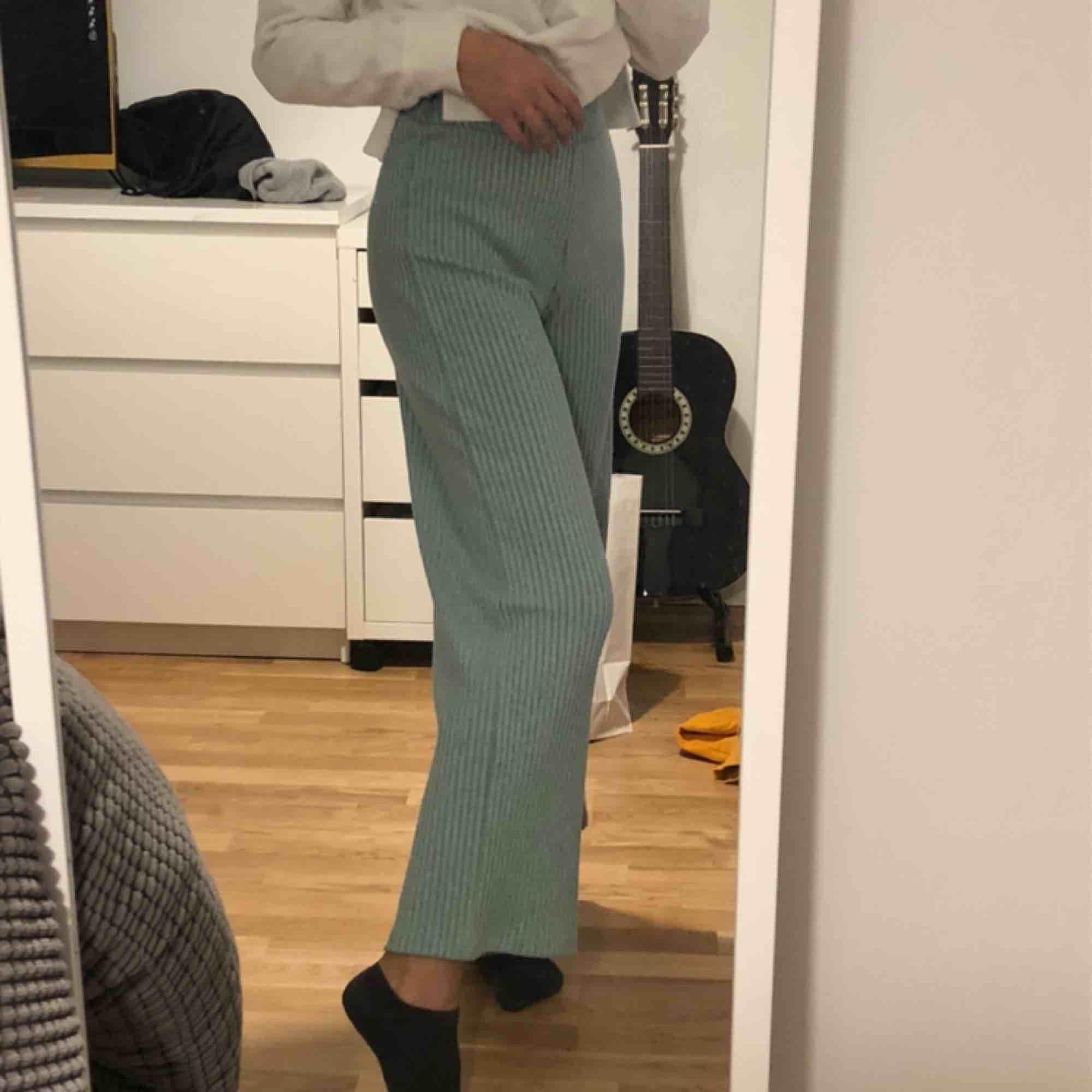 Superfina mysiga visa byxor från mango. Har sytt in de på sidorna lite som man ser på sista bilden. Är 160cm. Aldrig använt, säljer pga de aldrig kommer till användning!. Jeans & Byxor.