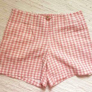 Utsvängda rosa shorts, aldrig använda. Har en dragkedja på sidan och även en ficka.