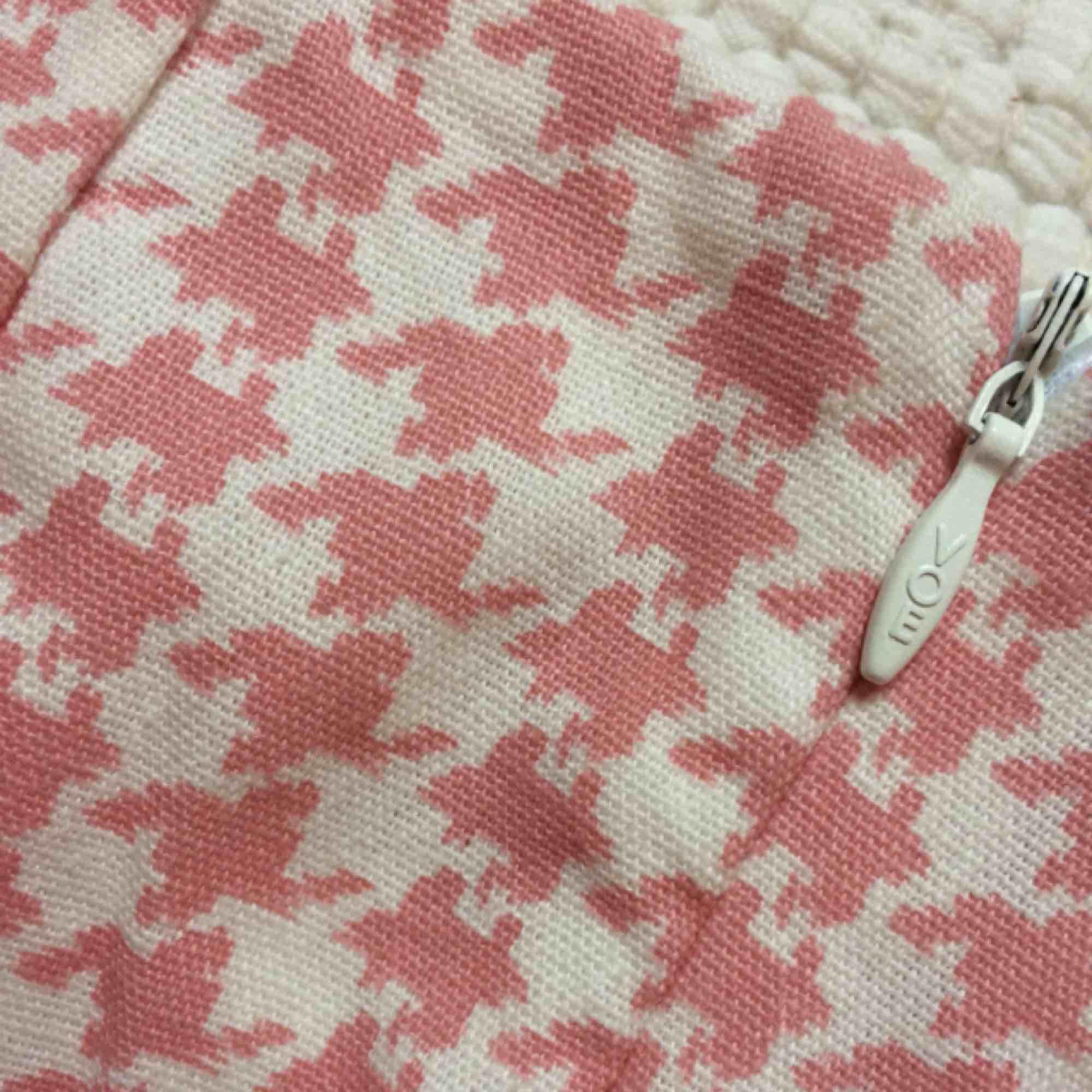 Utsvängda rosa shorts, aldrig använda. Har en dragkedja på sidan och även en ficka. . Shorts.