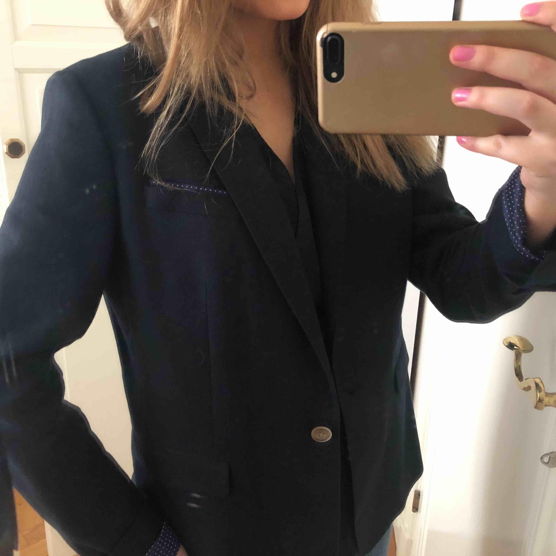 Marinblå kavaj från Massimodutti, sitter skitsnyggt oversized på mig som är en 36-38, . Kostymer.