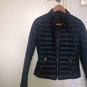 En snygg jacka från Zara, inte alls mycket använd. Ena fickan går inte att dra ner men den andra fungerar bra! ❤️