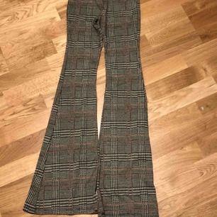 Rutiga bootcut byxor från pull and bear. Använda 1-2 gånger max. Möts upp i Stockholm annars står köparen för frakt