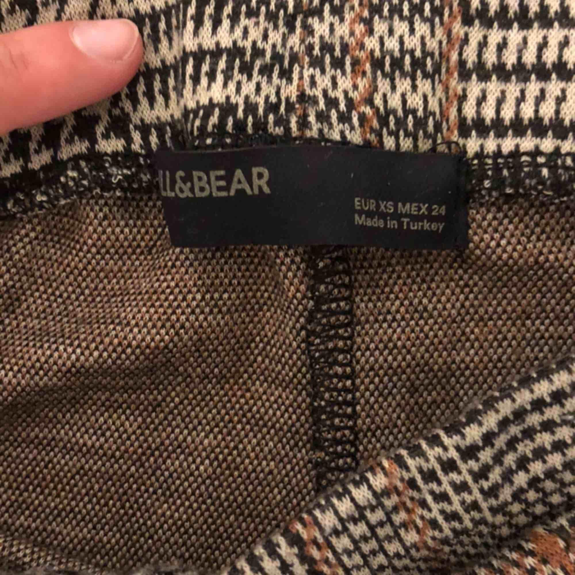 Rutiga bootcut byxor från pull and bear. Använda 1-2 gånger max. Möts upp i Stockholm annars står köparen för frakt. Jeans & Byxor.