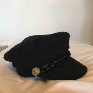 En svart hatt i bra skick som är köpt från Gina Tricot för ca 1 år sedan.