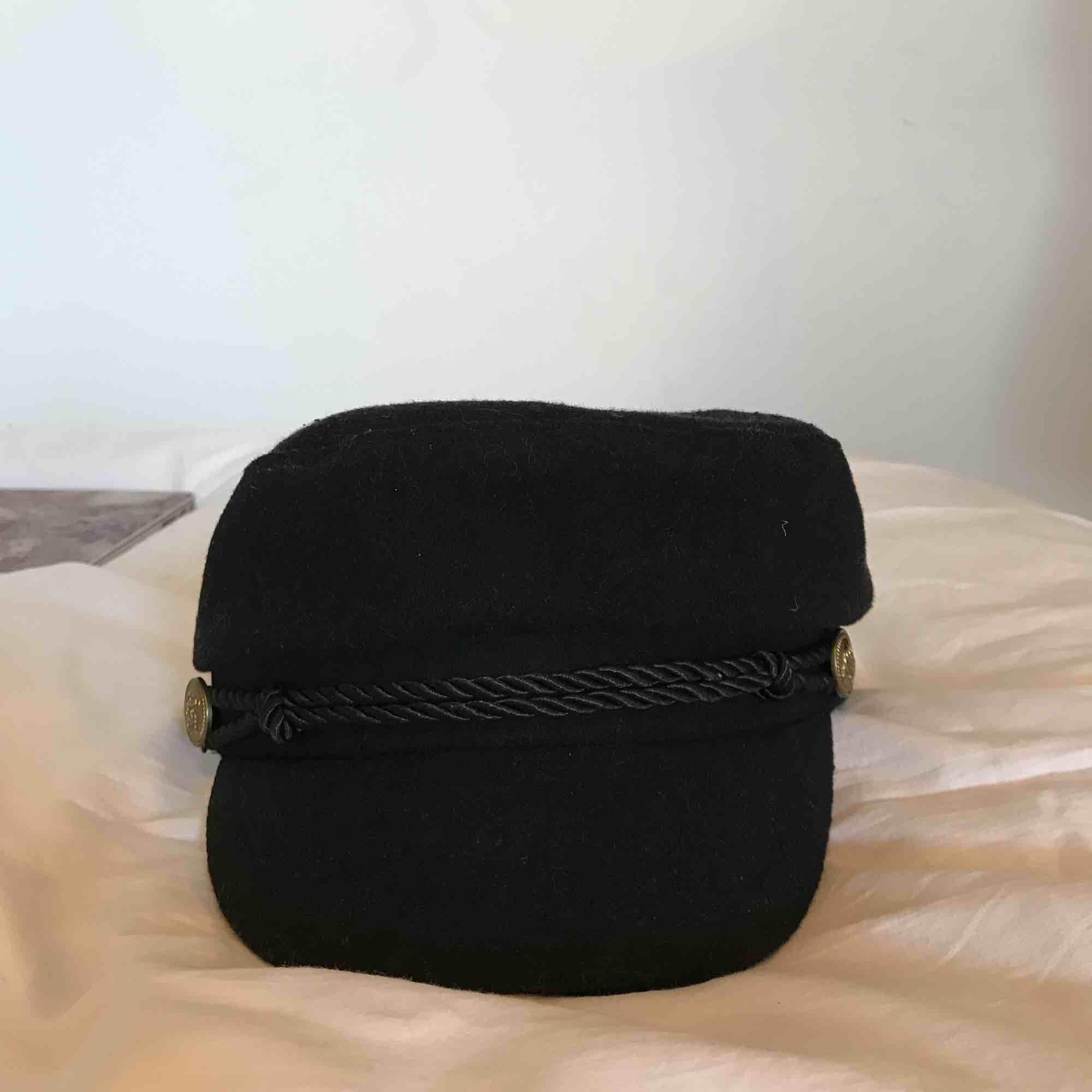 En svart hatt i bra skick som är köpt från Gina Tricot för ca 1 år sedan. . Övrigt.