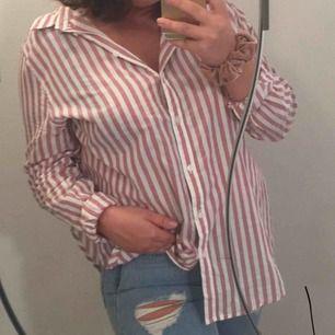 """Skjorta från hm! Storlek 44 så den är """"oversize"""" på mig och jag har normalt 38/M i överdelar. Frakt tillkommer"""