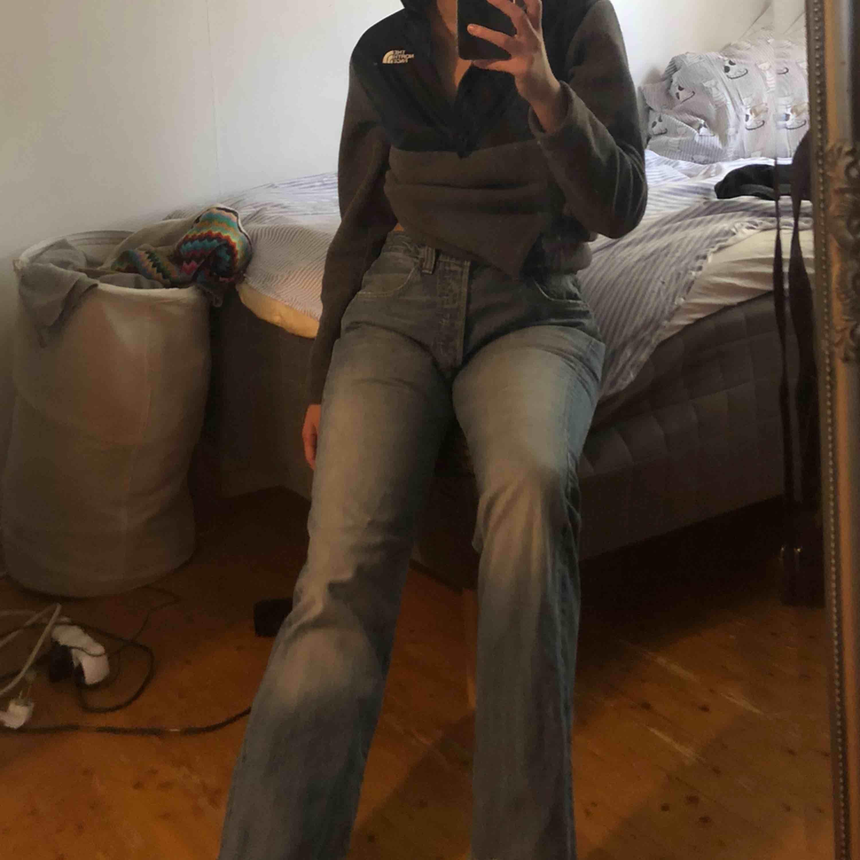Klippte av benen lite (jag är 168cm) . Annars nyskick. . Jeans & Byxor.