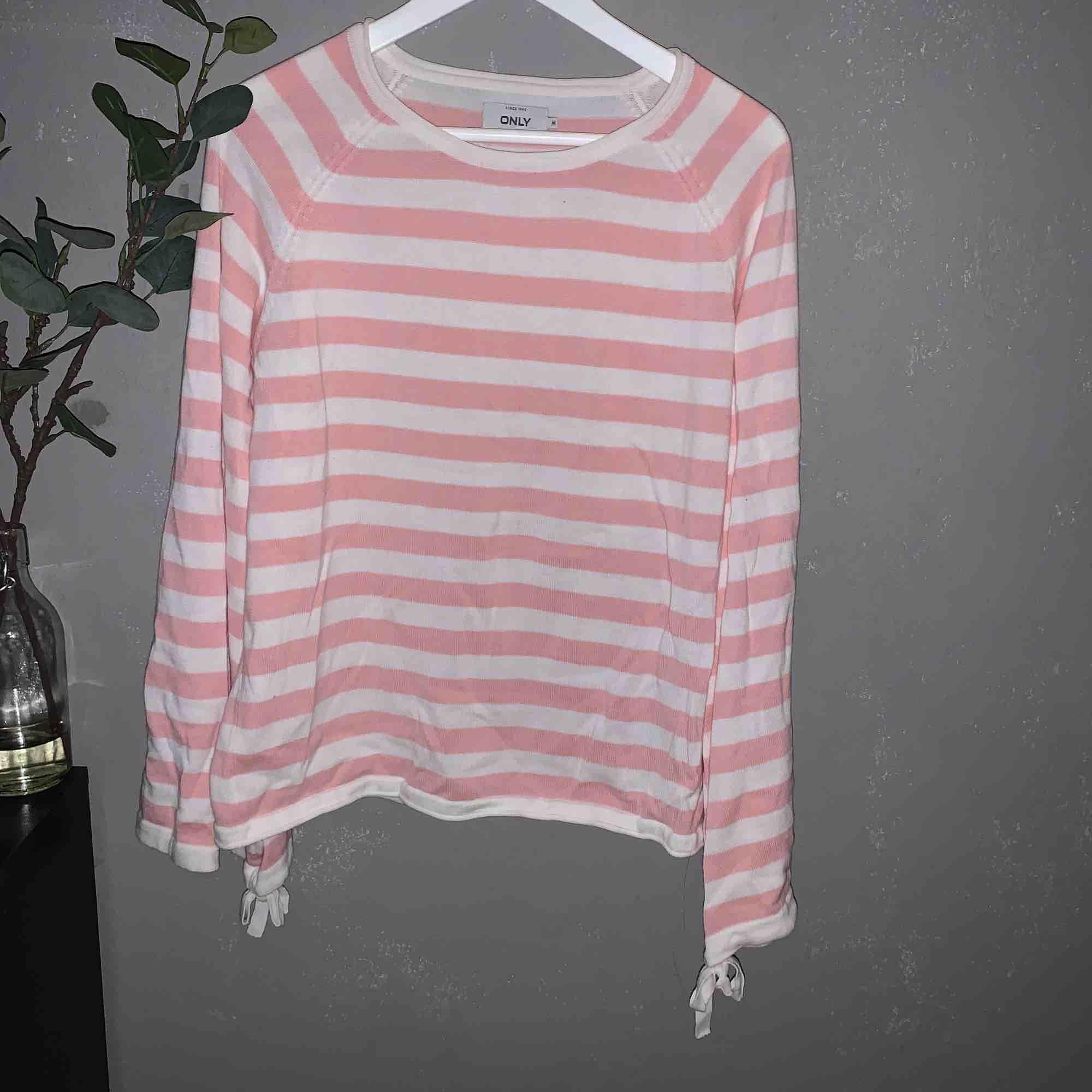 Använd en 2 gånger. Jätte skön och fin tröja som är köpt på Nelly. Lite vidare ärm och snörning, se på bilderna. Frakt tillkommer!. Stickat.