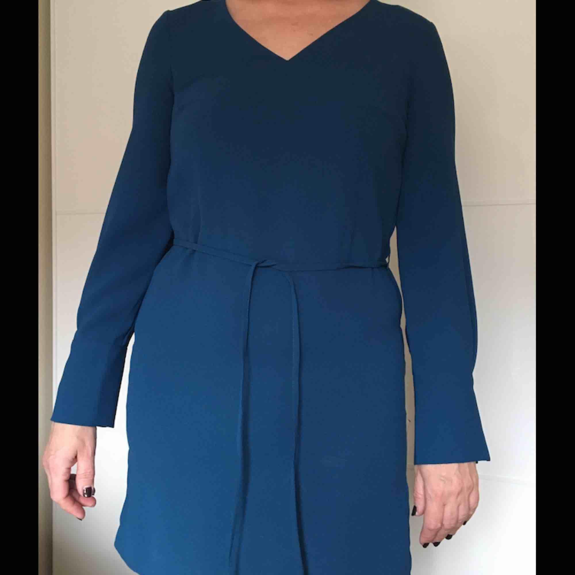 Blå klänning från H&M, endast använd en gång. I storlek 36. Klänningar.