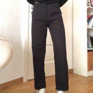 Super snygga vida byxor från Nelly med snygga slitningsdetaljer längst ner (se bild 3)! Passar till allt!! Jag är 168cm lång Köparen står för frakt - 60kr