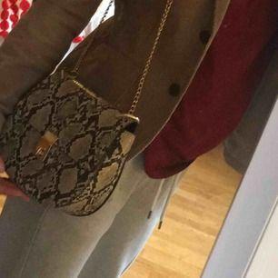 Sexy  väska från en second hand butik i Uppsala  Som ny och de är inte äkta orm skin Kan möttas upp ,annars står köparen för frakt💕