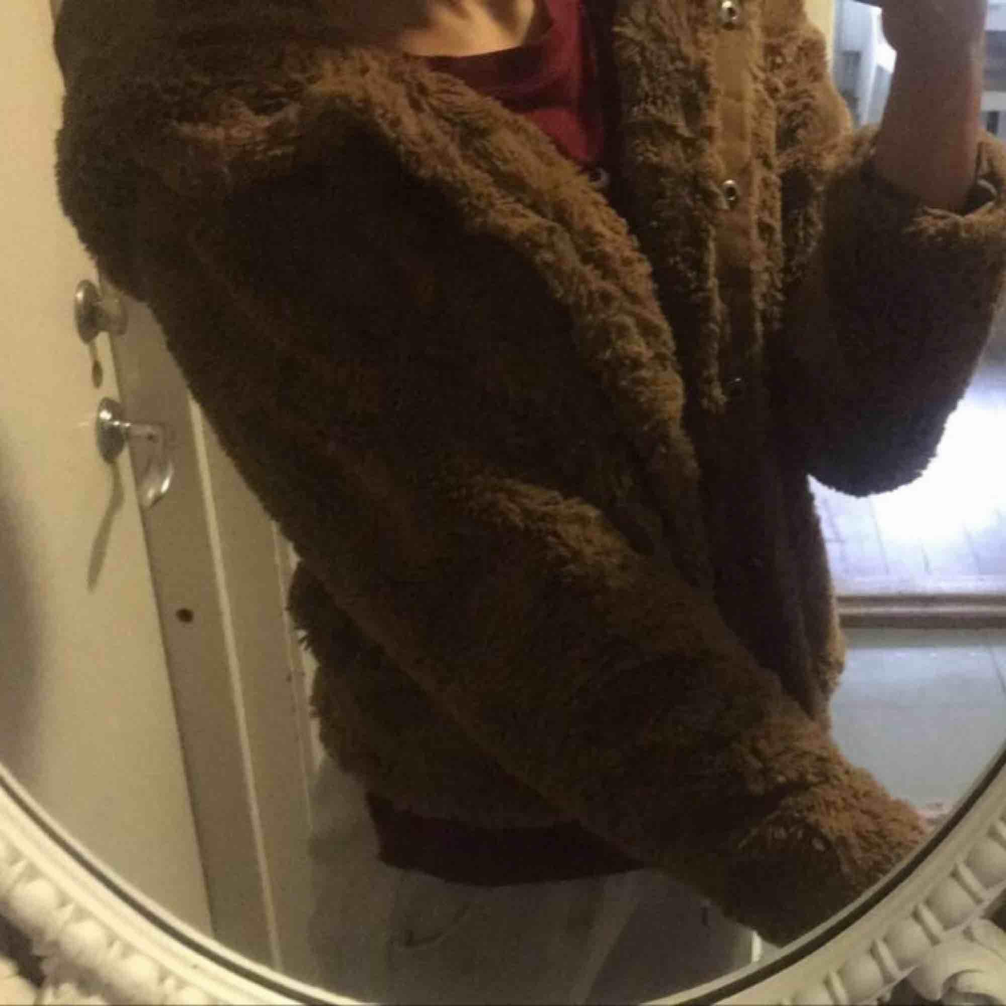 Säljer min jätte gulliga jacka från vero Moda ,fluffig ,skön och varm perfekt nu till vintern!!Köparen står för frakt annars kan vi möttas upp i uppsala💞 . Jackor.