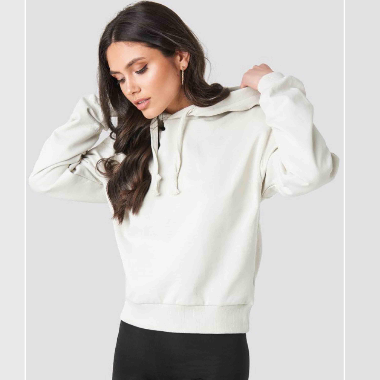 beigegrå hoodie från nakd , använd 1 gång, sitter som en s , jättebra skick , frakt ingår 🥰. Huvtröjor & Träningströjor.