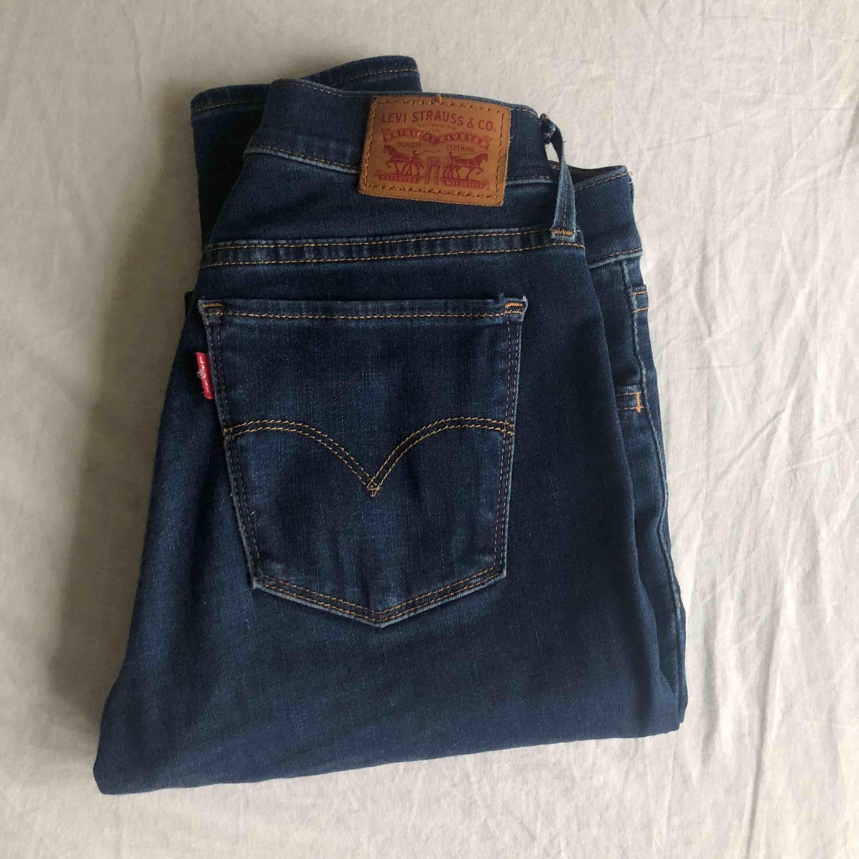 Jättesköna och superfina Levis jeans i modellen 710 super skinny. Strl 26 i midja, osäker på längden men är nästan säker på att det är 32. Betalning via swish!. Jeans & Byxor.