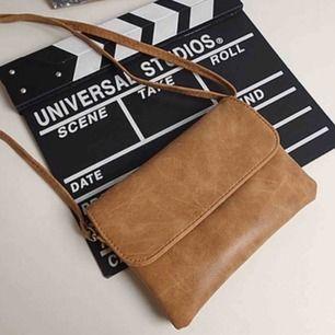 Jättefin brun crossbody väska där man får plats med allt man behöver. Telefonen, nycklar, kort osv. Fin ljusbrun färg som passar till allt!