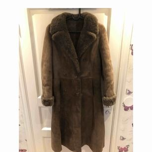 Jag säljer min äkta fårskinns kappa i storlek 38. Jätte fräsch, inga slitningar eller hål.