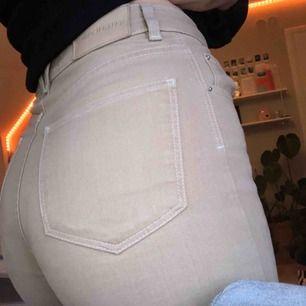 snygga raka byxor från Carin Wester! köpte dem för ungefär ett halvår sedan och har varit mina favoritbyxor, tyvärr har de blivit för små för mig och därför säljer jag 💖💖