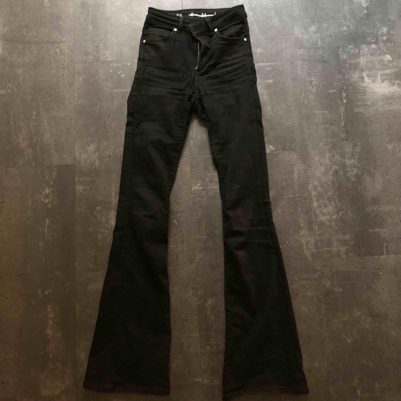 Supersnygga svarta bootcut jeans från Bikbok. Väldigt stretchiga! Typ världens skönaste jeans?!  Nypris 600:-!. Jeans & Byxor.