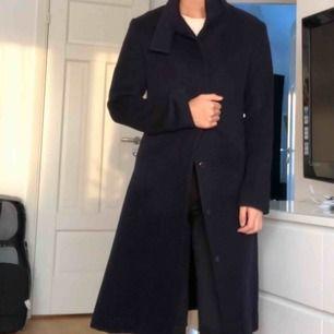 Superfin mörkblå kappa i storlek S! Toppskick!! Perfekt att ha nu under hösten ⚡️⚡️