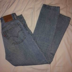 levi's 501 cropped jeans! de är knappt använda och säljer på grund av att dem inte kommer till användning 🦋🦋