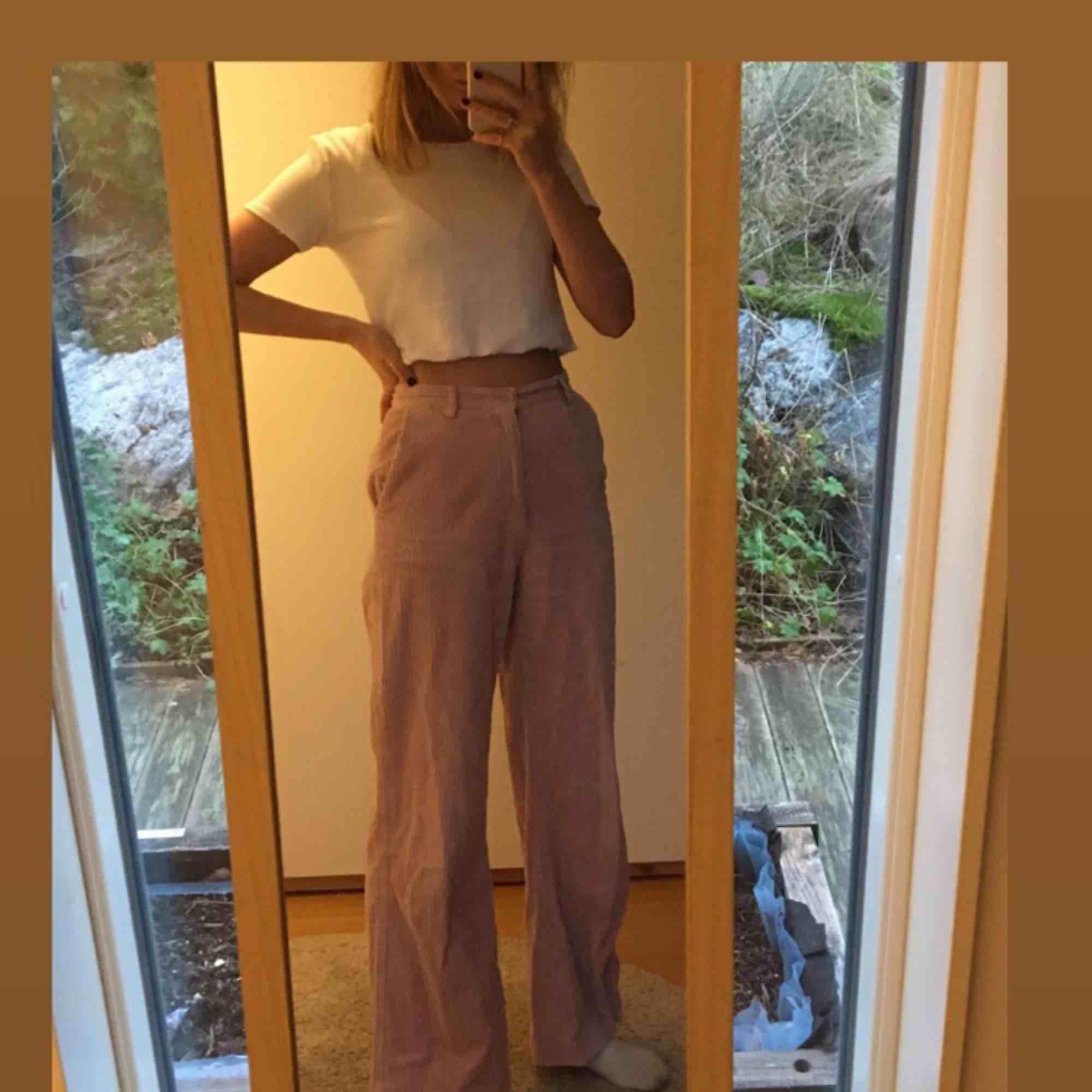 Säljer dessa coola rosa manchester byxorna som kommer från HM och är i storlek 34. (Passar xs/s) . Jeans & Byxor.