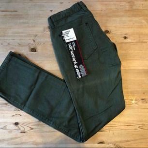 Jag säljer ett par helt nya jeans från superdry i storlek w29 l32.