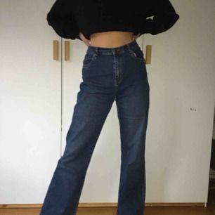 Säljer dessa supersnygga wideleg jeans som sitter typ som YOKO jeansen från monki :) de passar typ S/36 eller typ waist 26/27. Jag har storlek XS/S och de är lite stora i midjan för mig men jag använder bara skärp så de funkar ändå :))