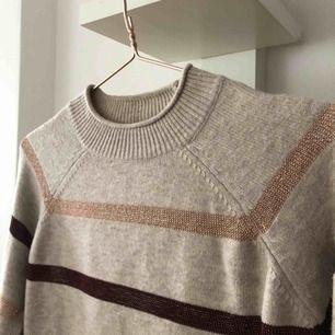 Stickad tröja från mango i bra skick, den är stretchig och passar både xs och m