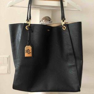 Rymlig skinnväska från Ralph Lauren med gulddetaljer, tyvärr litet märke på framsidan, därav pris men inget som stör och går säkert att fixa på något sätt
