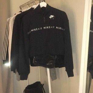 Jättefin Nike hoodie i storlek 34-XS. Fick den i present men de va inte riktigt min stil. Aldrig använd. Frakten ingår i priset💓 nypris 679kr.