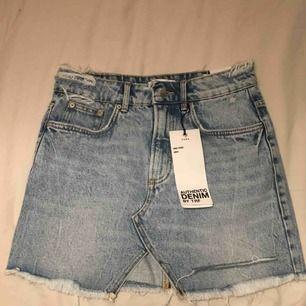En jättesnygg jeanskjol från Zara. Aldrig använd, eftersom den är för liten för mig. På lapparna står det storlek M, men den är i XS och det står i själva kjolen!