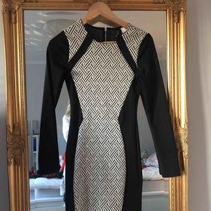 En klänning jag använt på nyår 2017 endast en gång! Verkligen inte min stil längre så säljer vidare till nån som vill ha den 🥰