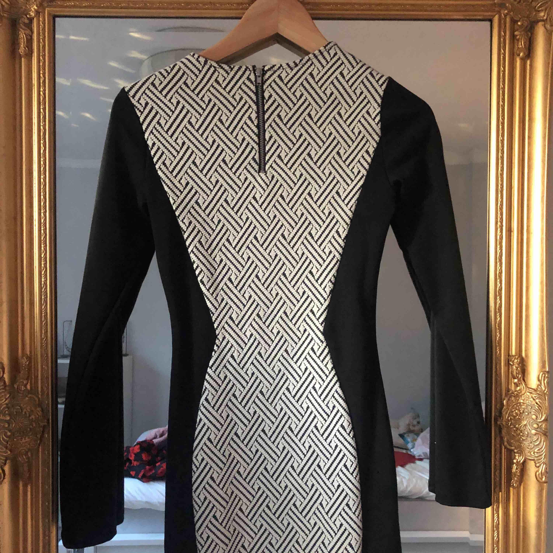 En klänning jag använt på nyår 2017 endast en gång! Verkligen inte min stil längre så säljer vidare till nån som vill ha den 🥰. Klänningar.