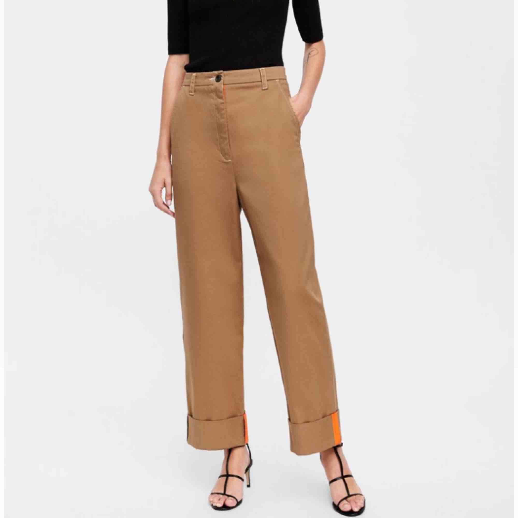 """Säljer mina """"The Sergeant Chino"""" från Zaras collection Premium Denim Collection. Köpte dessa i Prag, tror inte de säljs i Sverige. Jättesköna och typiskt streetwear stil. Skriv om du har några frågor!. Jeans & Byxor."""